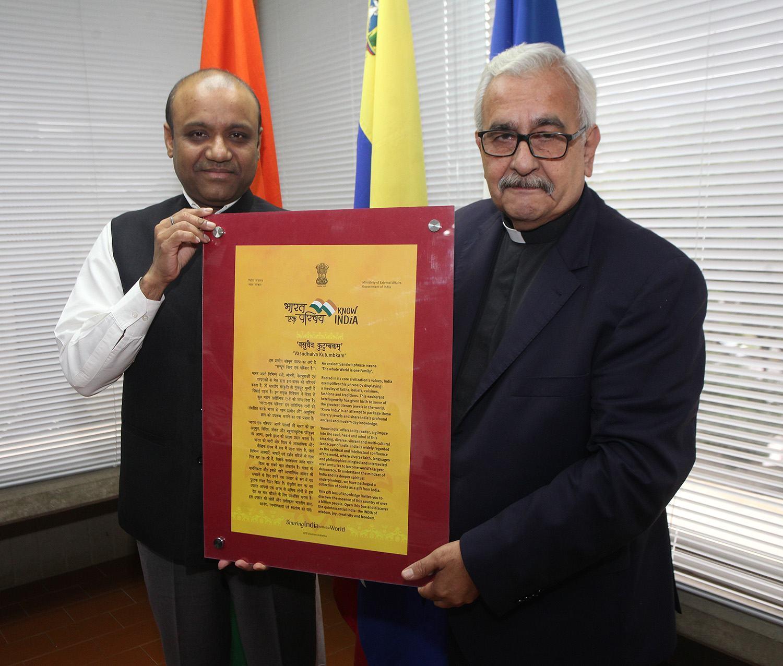 Donacion Libros India UCAB - Rector y Encargado de Negocios